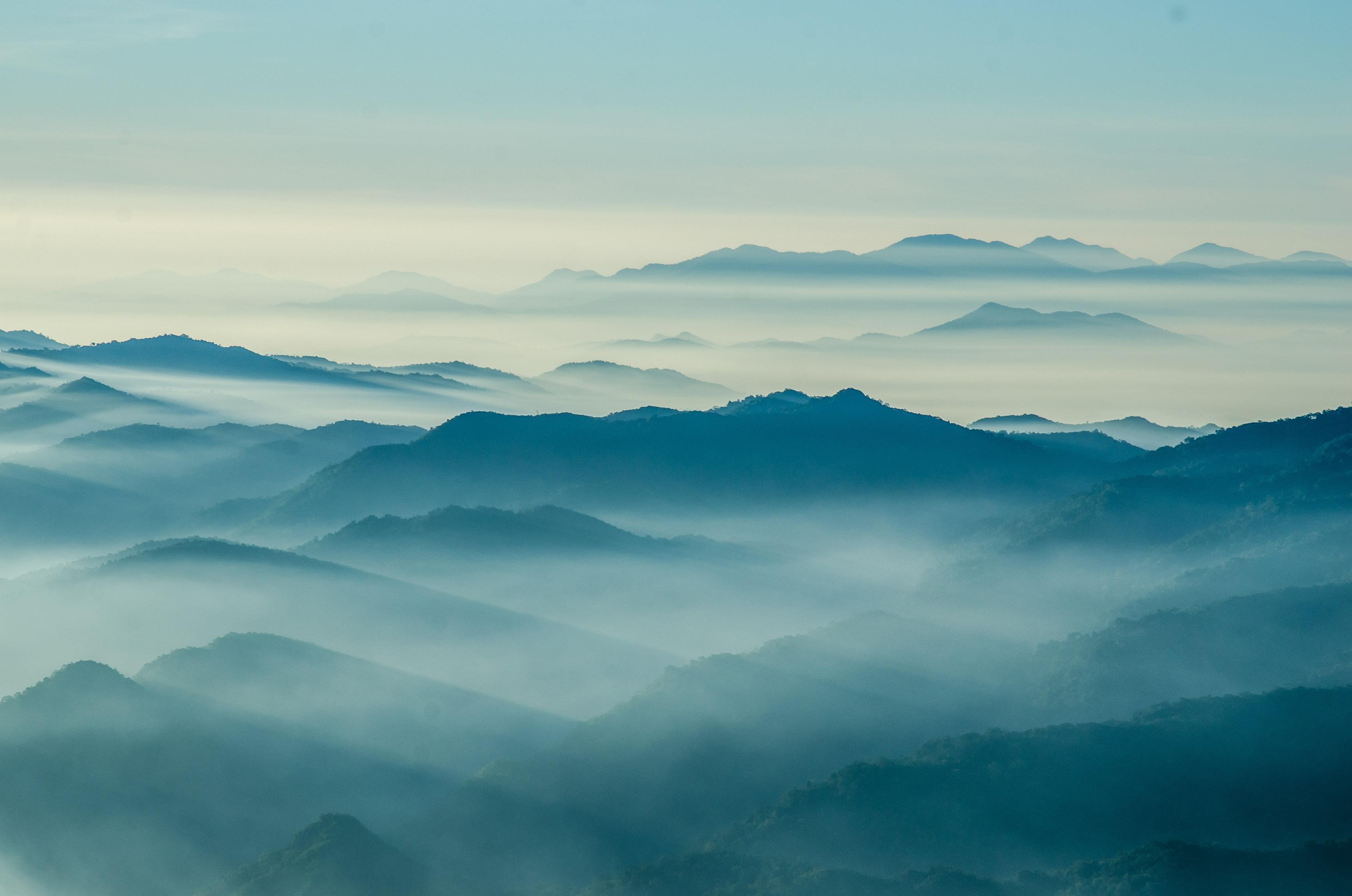 THAMMANIT PANOMSUK by Shutterstock, sumuisia vuorenhuippuja